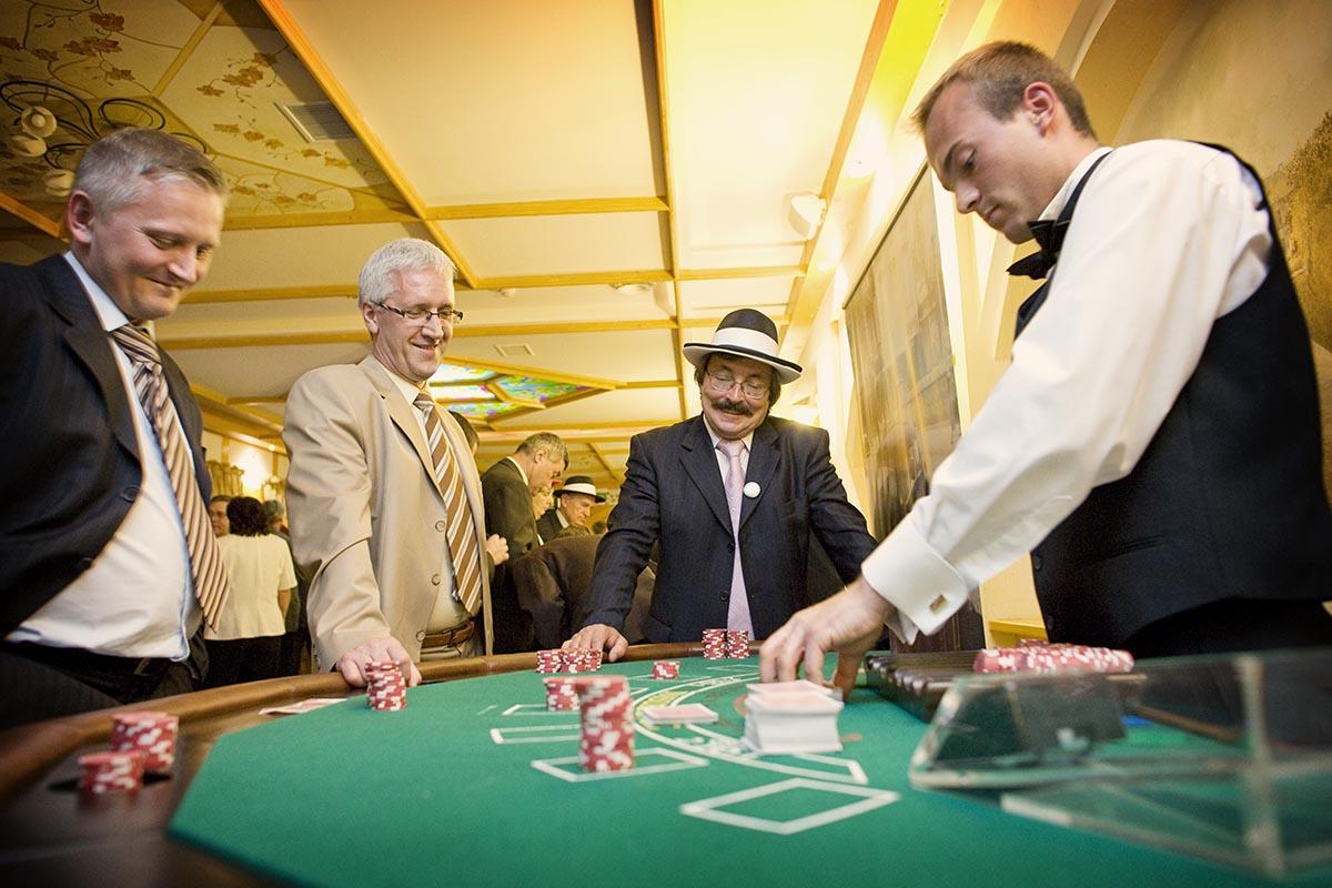 Stół do zabawy w black jack z obsługą krupiera -Zabawa w kasyno, kasynowy najem