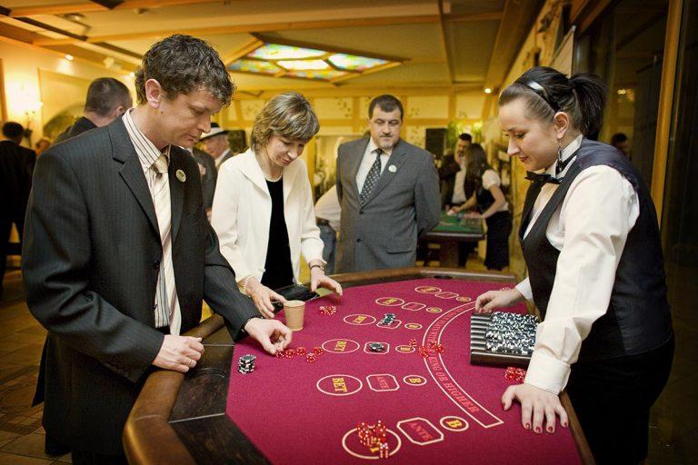 Stół do zabawy w kości - Zabawa w kasyno, kasynowy najem