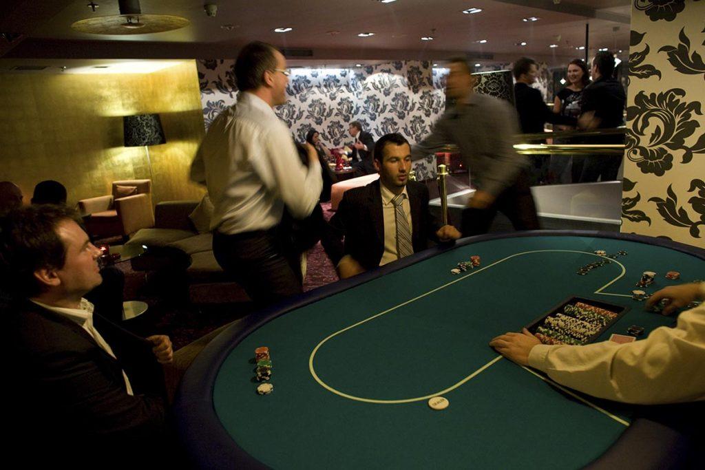 Stół do zabawy w Pokera Texas Holdem - Zabawa w kasyno